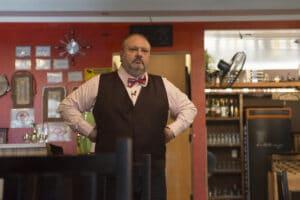 Erick Jacquin em cozinha de restaurante de episódio da segunda temporada de Pesadelo na Cozinha (foto: Carlos Reinis/Band)