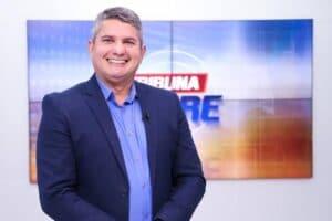 Gernand Lopes posa no estúdio do Tribuna Livre, da afiliada da RedeTV! (foto: Divulgação/TV Arapuan)