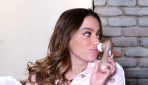 Anitta exibiu apetrecho inusitado durante entrevista (foto: Reprodução/YouTube)
