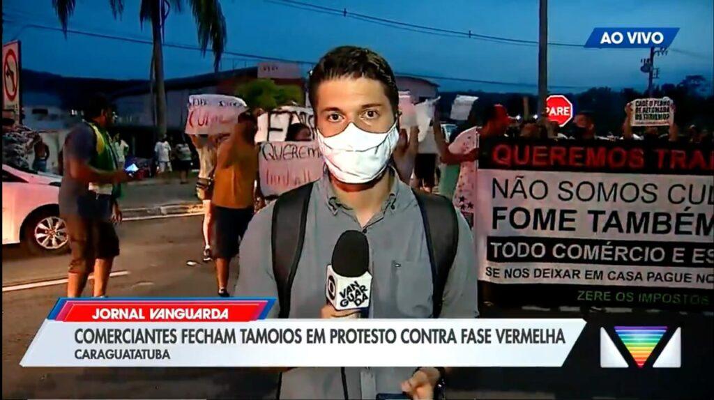 Apoiadores de Jair Bolsonaro cercaram o repórter Arthur Costa durante transmissão ao vivo (foto: Reprodução/TV Globo)