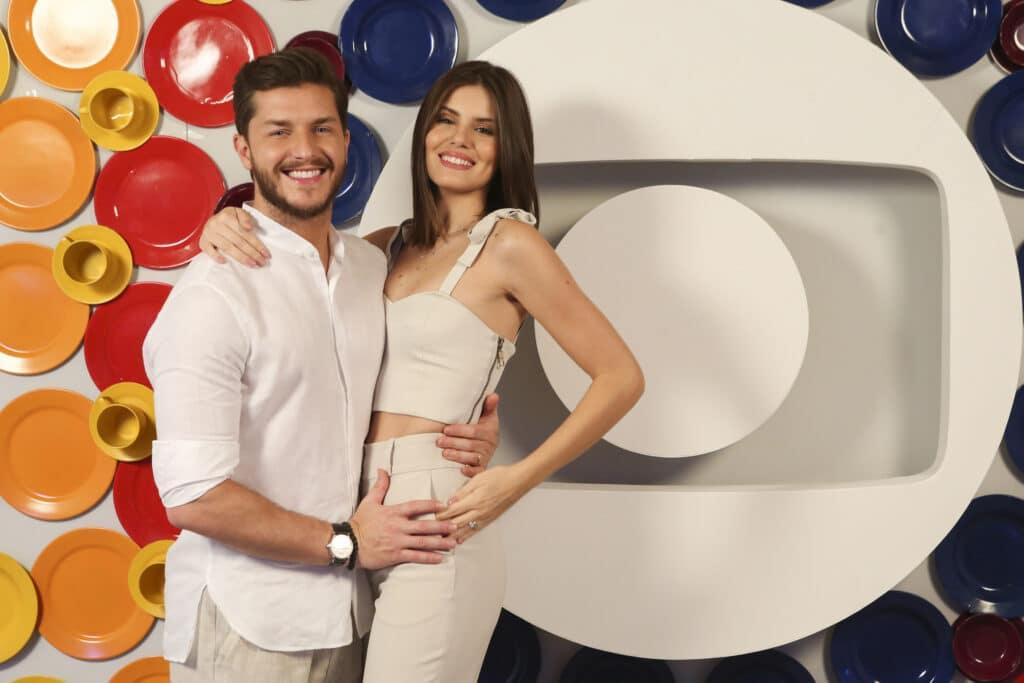Camila Queiroz e Klebber Toledo estão gravando versão nacional de reality da Netflix (foto: Globo/Reginaldo Teixeira)