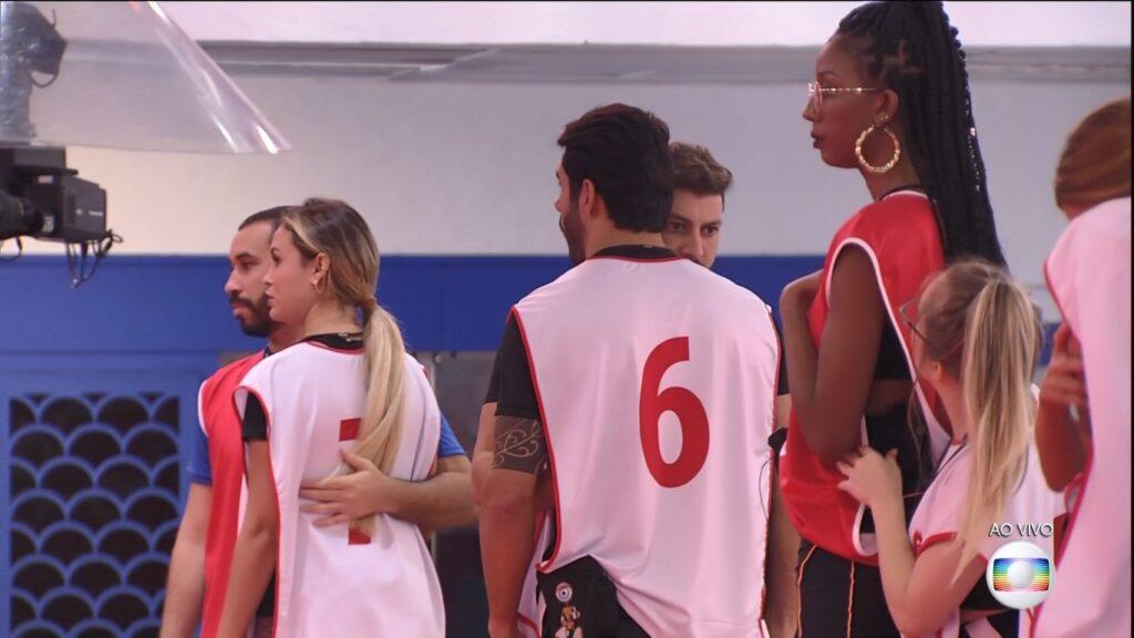 A diferença de altura de Carla Diaz e Camilla de Lucas foi um dos assuntos mais comentados da estreia do BBB21 (foto: Reprodução/TV Globo)