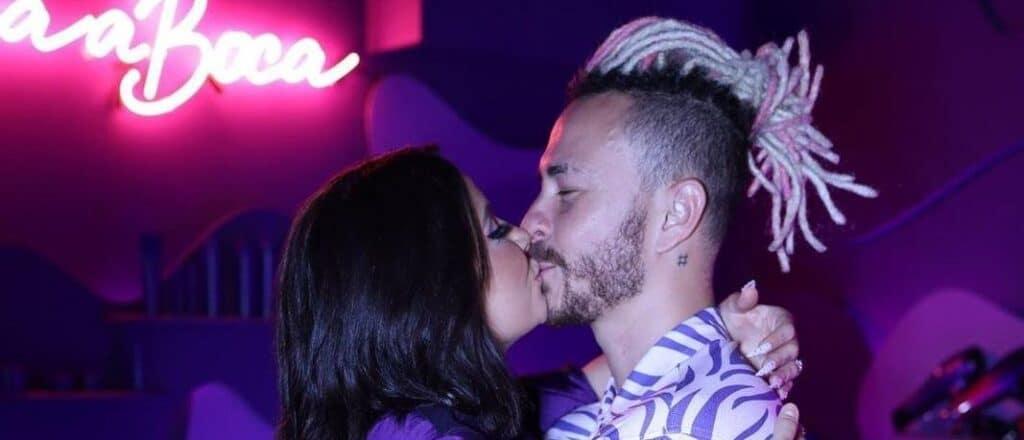 Boca Rosa beija o seu namorado, o youtuber Bruno Carneiro Nunes, mais conhecido como Fred Desimpedidos (foto: Divulgação)