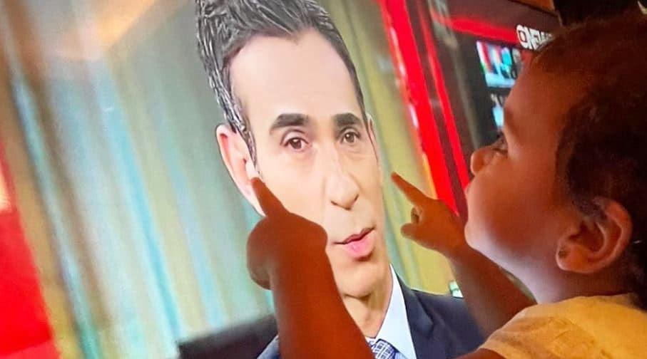 A filha de César Tralli assiste ao pai na televisão (foto: Reprodução/Instagram)
