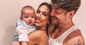 Gabi Brandt e Saulo Poncio posam ao lado de seu primeiro filho (foto: Reprodução/Redes Sociais)