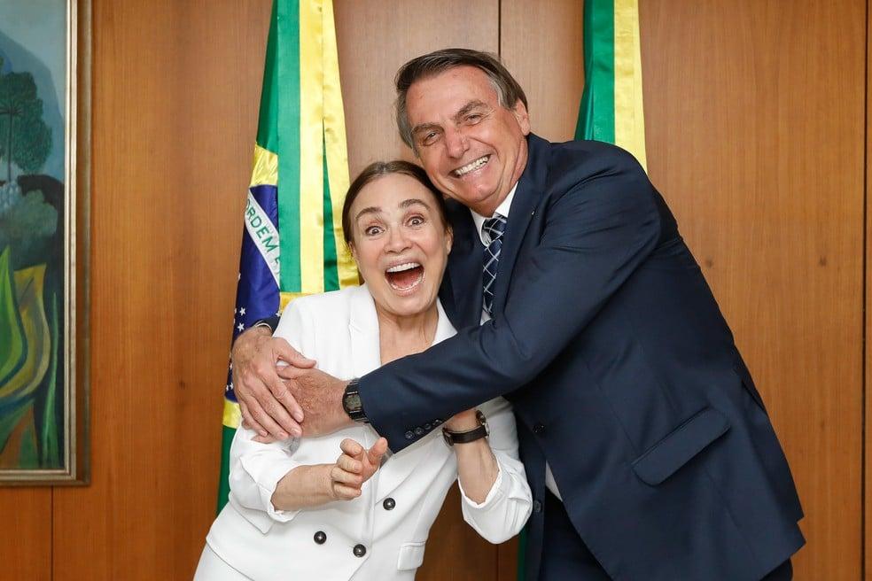 Regina Duarte posa ao lado de Jair Bolsonaro (foto: Carolina Antunes/Presidência)