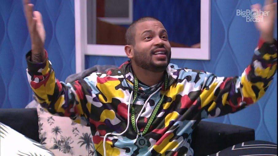 O rapper Projota virou a primeira Maria Fifi da casa do BBB21 (foto: Reprodução/TV Globo)