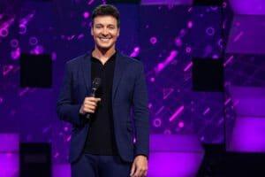 Rodrigo Faro foi oficializado como novo apresentador do Canta Comigo (foto: Divulgação/Record)