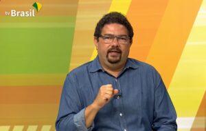 Rodrigo Campos, locutor da TV Brasil, é alvo de brincadeira dos telespectadores (foto: Reprodução/TV Brasil)