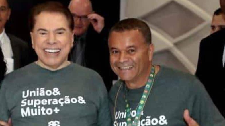 Silvio Santos posa ao lado de Carlos Augusto Souza, o Carlão (foto: Reprodução/SBT)