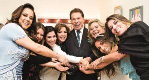 Silvio Santos posa ao lado de suas filhas e de sua mulher (foto: Reprodução/SBT)