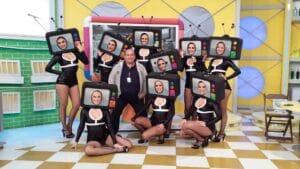 Walter Scaramuzzi posa com bailarinas do Programa do Ratinho (foto: Divulgação/SBT)