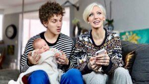 Zoo e Christian Figueiredo posam com o primeiro filho do casal (foto: Reprodução/YouTube)