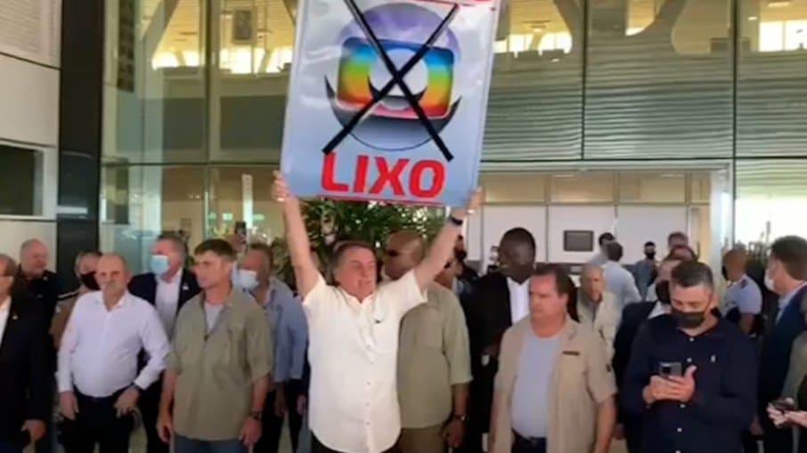 """Jair Bolsonaro exibiu cartaz chamando a Globo de """"lixo"""" (foto: Reprodução/Twitter)"""