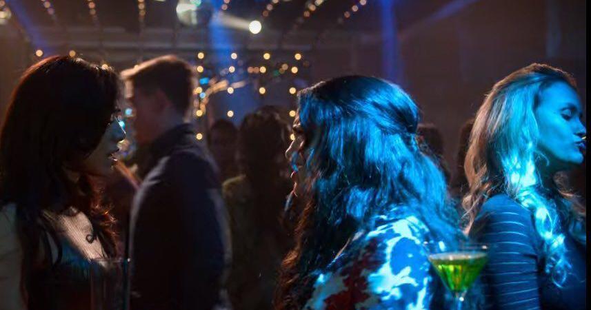 Sarah Andrade, no canto direito, em episódio de Lúcifer (foto: Reprodução/Fox)