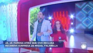 Geraldo Luís, diabético, ignora recomendações da OMS e tem contato físico com a atriz Maria Gladys, idosa (foto: Reprodução/Record)