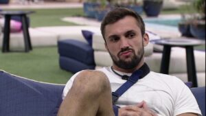 Arthur reclamou das interações de Carla Diaz com outros participantes que votaram nele (foto: Reprodução/Globo)