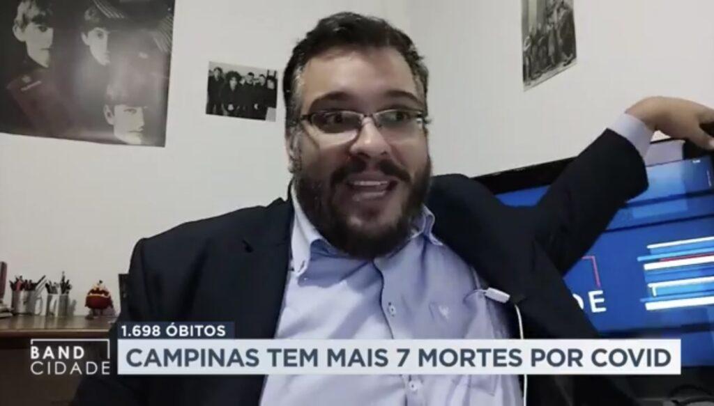 O repórter Marcos Andrade foi atingido ao vivo pela TV de sua sala (foto: Reprodução/Band)