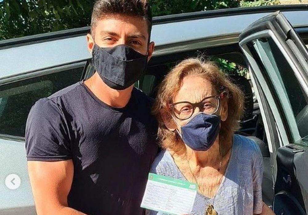 A atriz Laura Cardoso, de 93 anos, foi vacinada neste contra a covid-19 (foto: Reprodução)