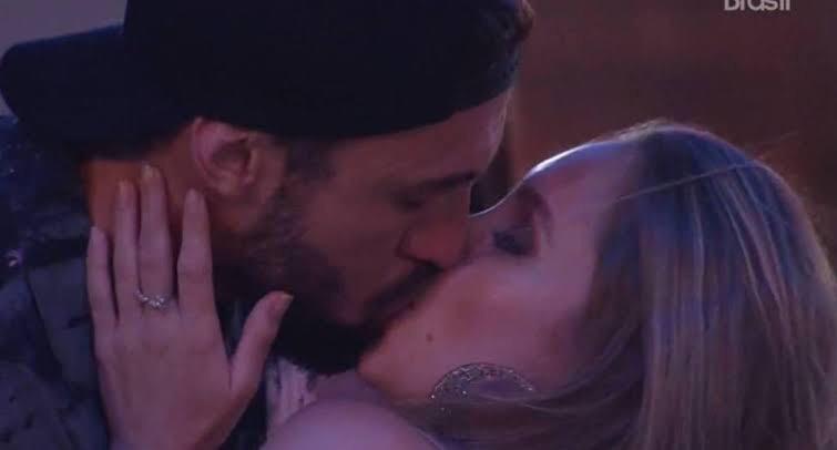 Carla Diaz nem pensa em mexer o edredom com Arthur durante o confinamento do BBB21 (foto: Reprodução/TV Globo)