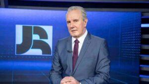 Celso Freitas posa na bancada do Jornal da Record: ele ancora o telejornal há 15 anos (foto: Divulgação/Record)