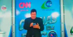 Valmir de Freitas posa no cenário do Colinas em Foco, que foi reforçado com a logo da CNN Brasil (foto: Reprodução/TV Colinas)