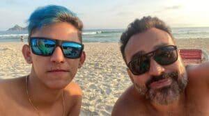Fábio Ramalho, de 45 anos, posa ao lado do namorado João Paulo dos Santos, de 19 (foto: Reprodução/Redes Sociais)