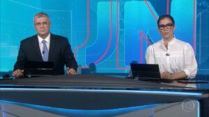 Flávio Fachel e Renata Vasconcellos na bancada do Jornal Nacional: maior audiência de 2021 (foto: Reprodução/TV Globo)