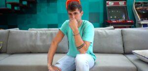 O youtuber Rezende se emocionou ao falar de colegas que tentaram lhe passar para trás (foto: Reprodução/YouTube)
