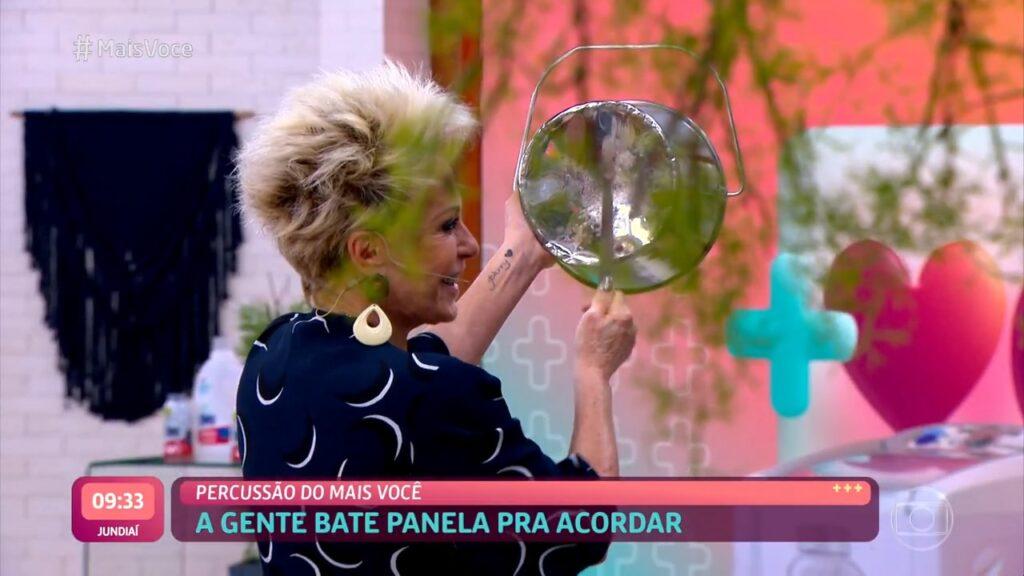 Ana Maria começou o Mais Você batendo panela (foto: Reprodução/Globo)