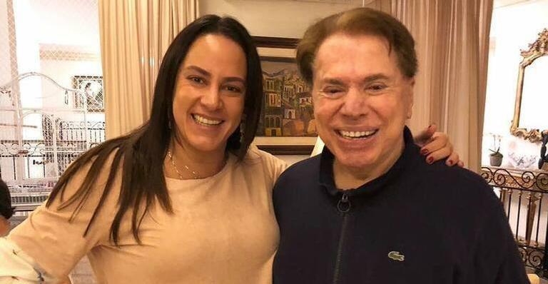 Silvia Abravanel posa ao lado de seu pai, Silvio Santos: apresentadora do SBT testou positivo para covid-19 (foto: Reprodução/Redes Sociais)