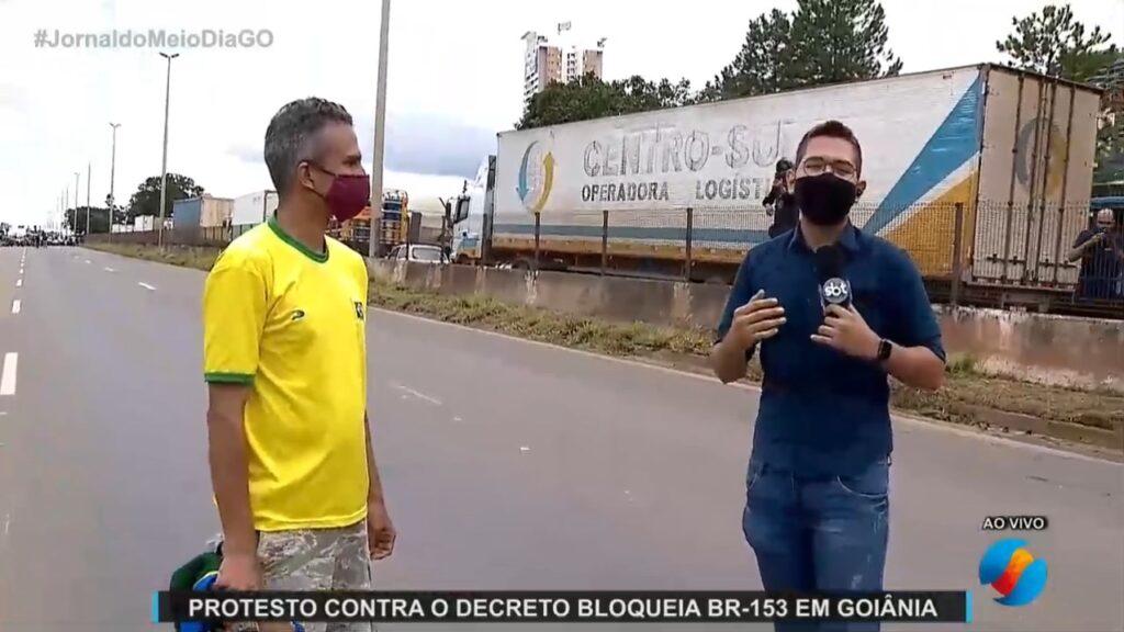 Equipe da TV Serra Dourada, afiliada do SBT, é agredida ao vivo (foto: Reprodução/TV Serra Dourada)