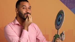 Gilberto, bêbado, pede para Pocah dar uma cheirada no seu c* (foto: Globo/João Cotta)
