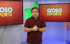 Apresentador eventual do Globo Esporte, Danilo Ribeiro chegou a ser colocado no oxigênio (foto: Reprodução/TV Bahia)