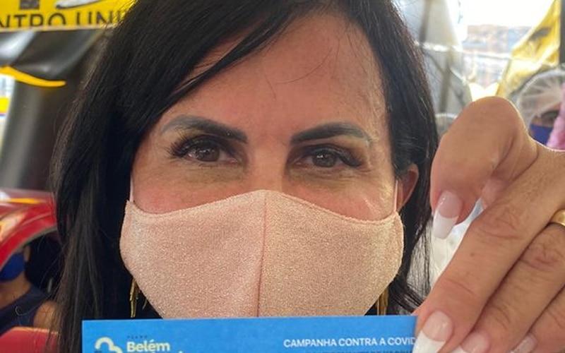 Cantora Gretchen comemora após receber vacina contra a covid-19 (foto: Reprodução)