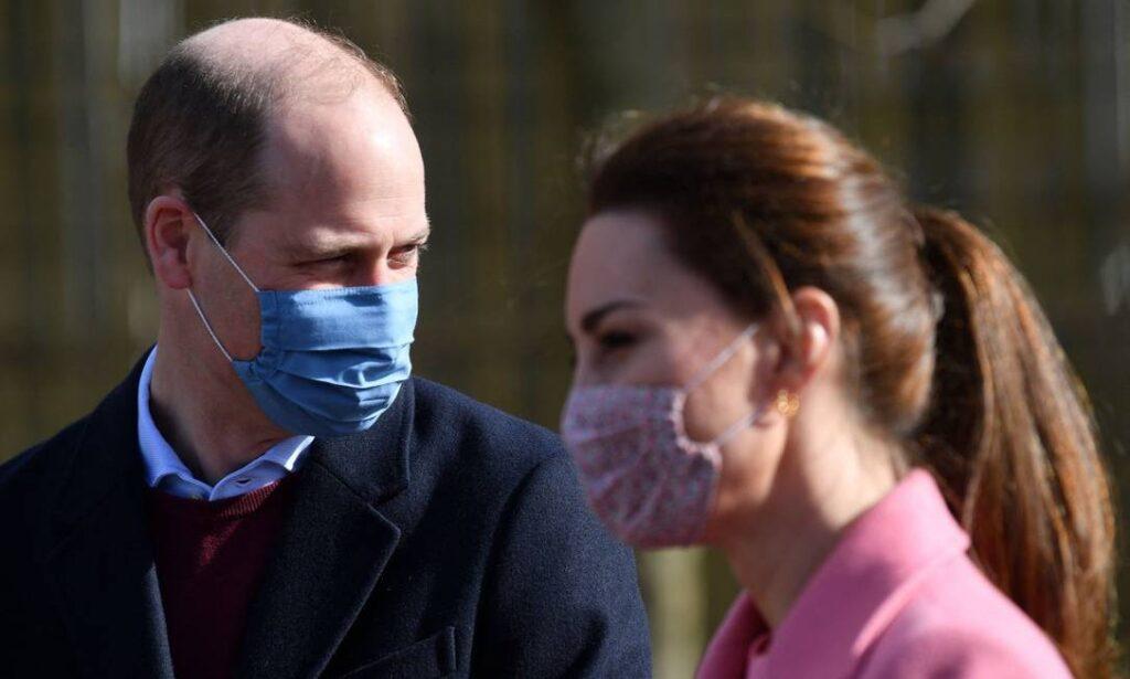 Príncipe William nega que a família real seja racista e diz que ainda não conversou com o irmão após entrevista polêmica (foto: Justin Tallis/AFP)