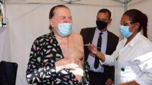 Silvio Santos é imunizado contra a covid-19 (foto: Leo Franco/AgNews)