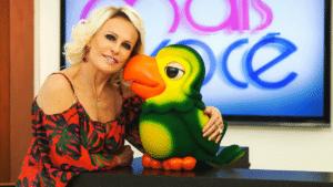 Ana Maria Braga posa ao lado de Louro José no antigo estúdio do Mais Você: programa terá novo mascote (foto: Divulgação/TV Globo)