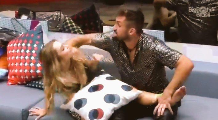 Cena controversa entre Arthur e Carla gerou polêmica na internet (foto: Reprodução/TV Globo)
