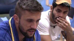 Arthur e Rodolffo fizeram comentários sobre o corpo das colegas de confinamento (foto: Reprodução/TV Globo)