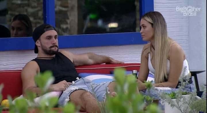 Em conversa com Sarah, Arthur insinuou que Carla Diaz só se relaciona com figurões da Globo (foto: Reprodução/TV Globo)