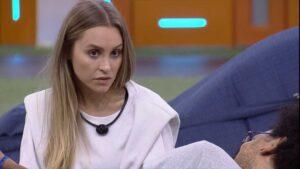 Carla Diaz já desconfia que o seu affair gosta mais do Projota do que dela (foto: Reprodução/TV Globo)