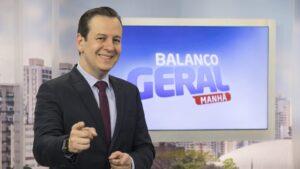 Celso Zucatelli posa no antigo estúdio do Balanço Geral Manhã: jornalista foi internado com complicações da Covid-19 (foto: Divulgação/Record)