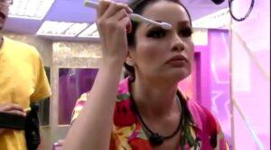 Juliette usa escova de dentes de Thaís para fazer maquiagem (foto: Reprodução)