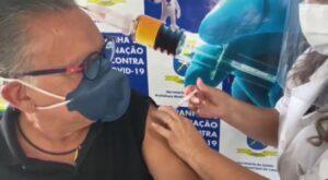 Galvão Bueno recebeu a primeira dose da vacina para combater Covid-19 (foto: Reprodução/Redes Sociais)