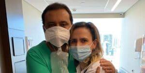 Geraldo Luís posa ao lado da cardiologista Ludhmilla Hajjar (foto: Reprodução/Redes Sociais)