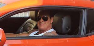 """Em seu Camaro laranja, o apresentador do SBT Gilberto Ribeiro avisou que gosta de dar """"tapão na raba"""" (foto: Reprodução/Redes Sociais)"""