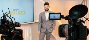 Gustavo Nolasco posa no estúdio do Edição Manhã, novo jornalístico da Rede Família (foto: Divulgação)