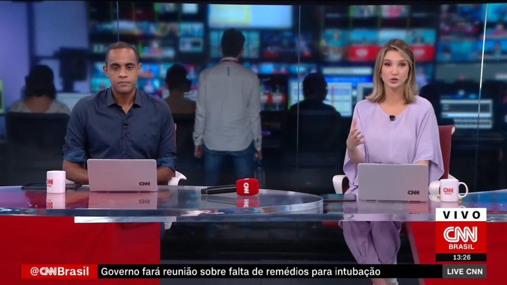 Jairo Nascimento ao lado de Muriel Porfiro na bancada do Live CNN: o repórter substituiu Marcela Rahal na bancada do telejornal (foto: Reprodução/CNN Brasil)