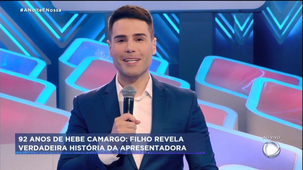Luiz Bacci posa atrás do auditório vazio de A Noite é Nossa: programa mudou com Geraldo Luís na UTI (foto: Reprodução/Record)